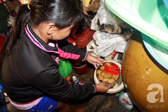 Chùng ảnh: Bên trong ngôi nhà 15m2 rách nát chứa đến 23 nhân khẩu ở Sài Gòn - Ảnh 4.