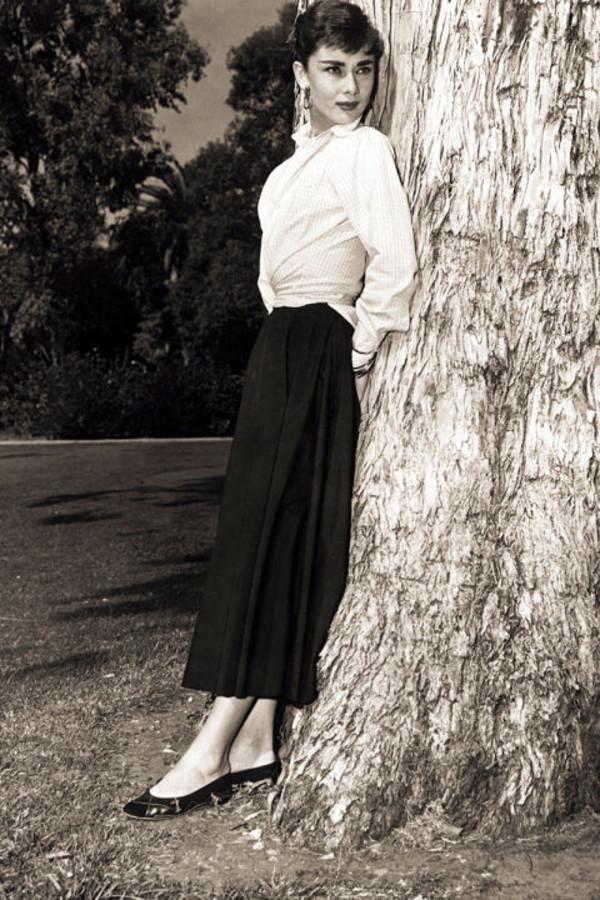 Đến Audrey Hepburn - biểu tượng thời trang bất hủ mọi thời đại, cũng trung thành với giày bệt xinh xắn - Ảnh 10.
