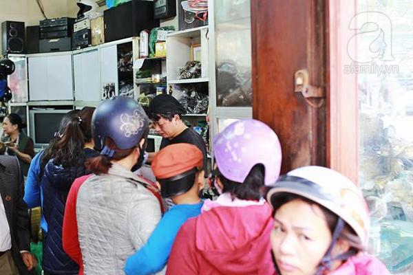 29 Tết, người Hà Nội xếp hàng mua bánh chưng, giò chả gia truyền - Ảnh 10.