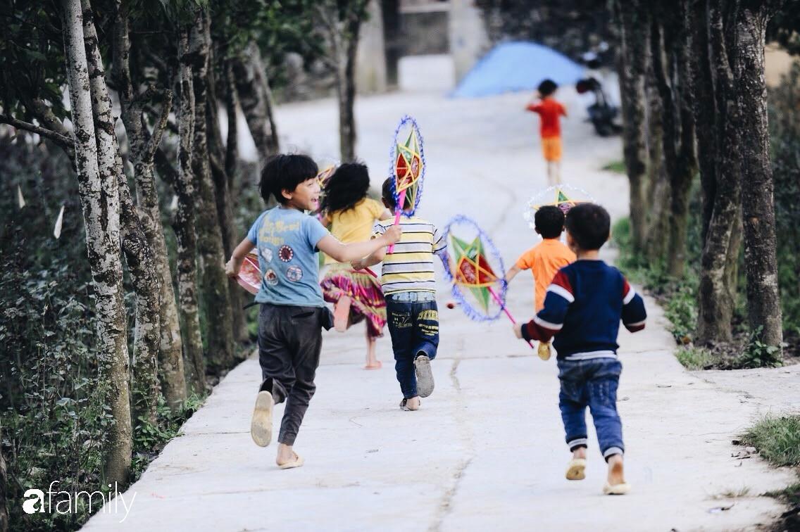 Mang Tết Trung Thu cho những đứa trẻ vùng cao nguyên đá, chúng tôi đổi lấy được nụ cười giòn và tươi như nắng - Ảnh 13.