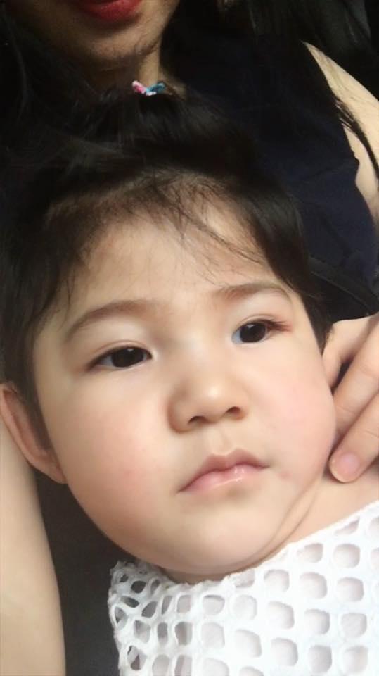 Sau gần 1 năm có mẹ nuôi, em bé Lào Cai đã tăng 10kg, bụ bẫm đáng yêu như thế này đây - Ảnh 8.