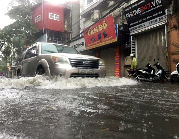 Ảnh hưởng của hoàn lưu bão số 2, Hà Nội mưa lớn, nhiều khu phố đã bị ngập - Ảnh 11.