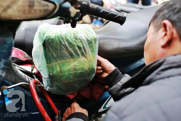 29 Tết, người Hà Nội xếp hàng mua bánh chưng, giò chả gia truyền - Ảnh 11.