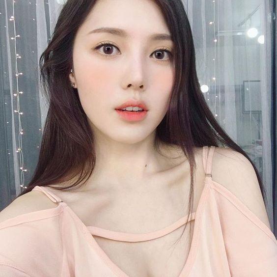 Muốn trang điểm đẹp chuẩn Hàn Quốc thì theo dõi ngay 5 cô nàng Beauty Blogger này - Ảnh 1.