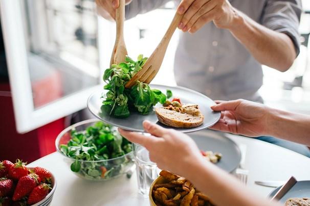 Nếu chưa biết làm sao để bắt đầu một chế độ ăn uống lành mạnh thì hãy áp dụng 4 cách này - Ảnh 1.