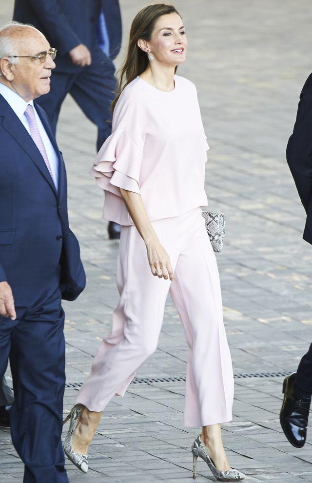Đây là 4 thiết kế của Zara được Letizia - Hoàng hậu Tây Ban Nha diện đẹp nhất trong năm 2017 - Ảnh 1.