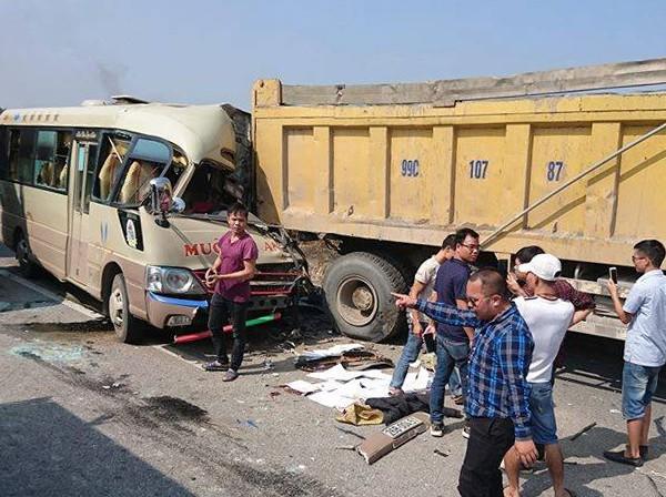 Hà Nội: Xe khách đâm thẳng vào đuôi xe tải, tài xế tử vong tại chỗ, 5 người khác bị thương - ảnh 1