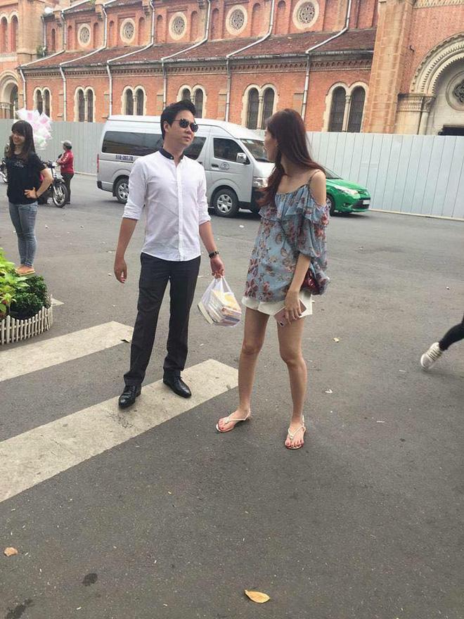 Street style sao Việt: Hoa hậu Thu Thảo diện dép tông giản dị để lộ vóc dáng gầy nhẳng sau khi cưới - Ảnh 5.