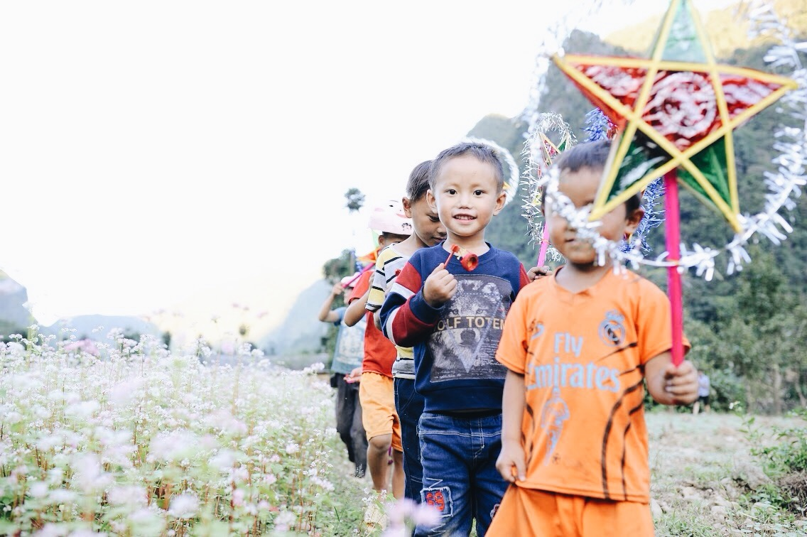 Mang Tết Trung Thu cho những đứa trẻ vùng cao nguyên đá, chúng tôi đổi lấy được nụ cười giòn và tươi như nắng - Ảnh 11.