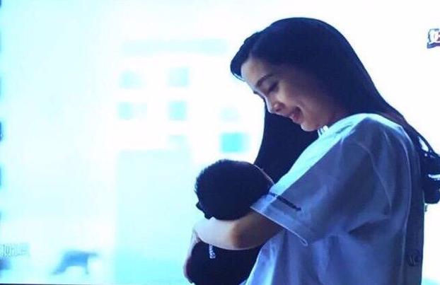 Angelababy lần đầu khoe con trai và hạnh phúc với hình ảnh của bà mẹ bỉm sữa - Ảnh 5.