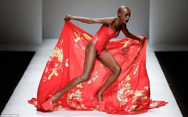Cười rớt hàm 500 pha ngã sấp mặt của người mẫu sàn catwalk khiến khán giả ngao ngán: Cô là ai, cô đi ra đi! - Ảnh 9.