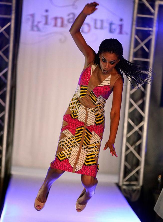Cười rớt hàm 500 pha ngã sấp mặt của người mẫu sàn catwalk khiến khán giả ngao ngán: Cô là ai, cô đi ra đi! - Ảnh 12.