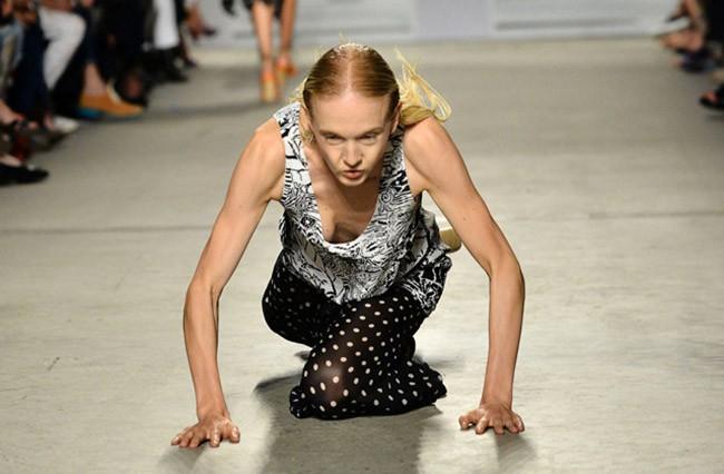 Cười rớt hàm 500 pha ngã sấp mặt của người mẫu sàn catwalk khiến khán giả ngao ngán: Cô là ai, cô đi ra đi! - Ảnh 8.