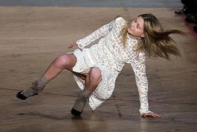 Cười rớt hàm 500 pha ngã sấp mặt của người mẫu sàn catwalk khiến khán giả ngao ngán: Cô là ai, cô đi ra đi! - Ảnh 7.