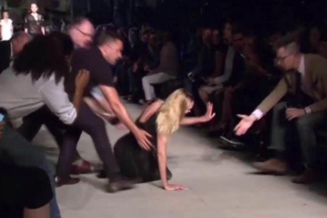 Cười rớt hàm 500 pha ngã sấp mặt của người mẫu sàn catwalk khiến khán giả ngao ngán: Cô là ai, cô đi ra đi! - Ảnh 11.