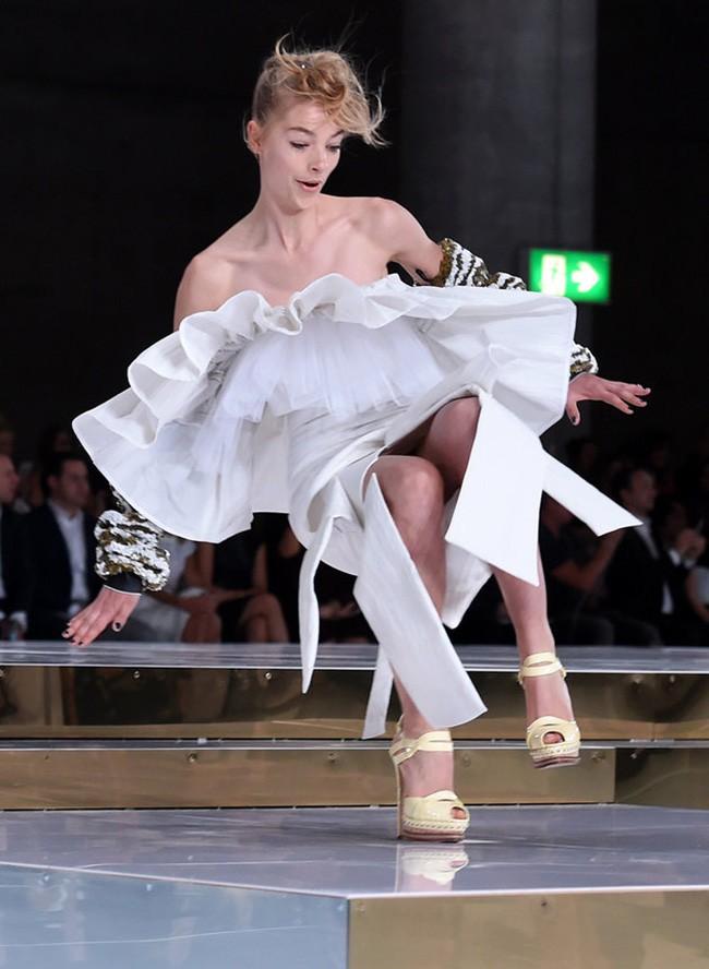 Cười rớt hàm 500 pha ngã sấp mặt của người mẫu sàn catwalk khiến khán giả ngao ngán: Cô là ai, cô đi ra đi! - Ảnh 14.