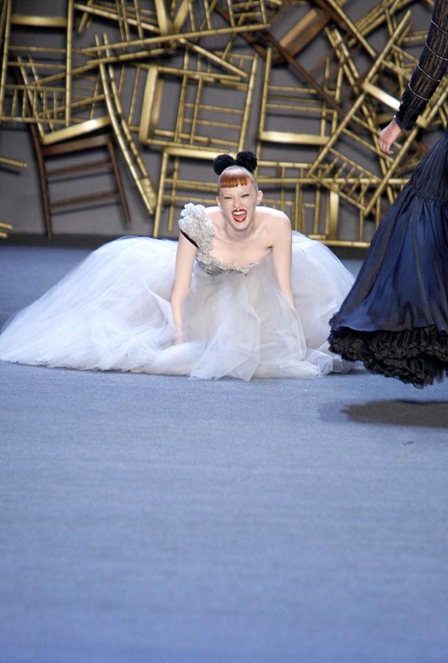 Cười rớt hàm 500 pha ngã sấp mặt của người mẫu sàn catwalk khiến khán giả ngao ngán: Cô là ai, cô đi ra đi! - Ảnh 13.