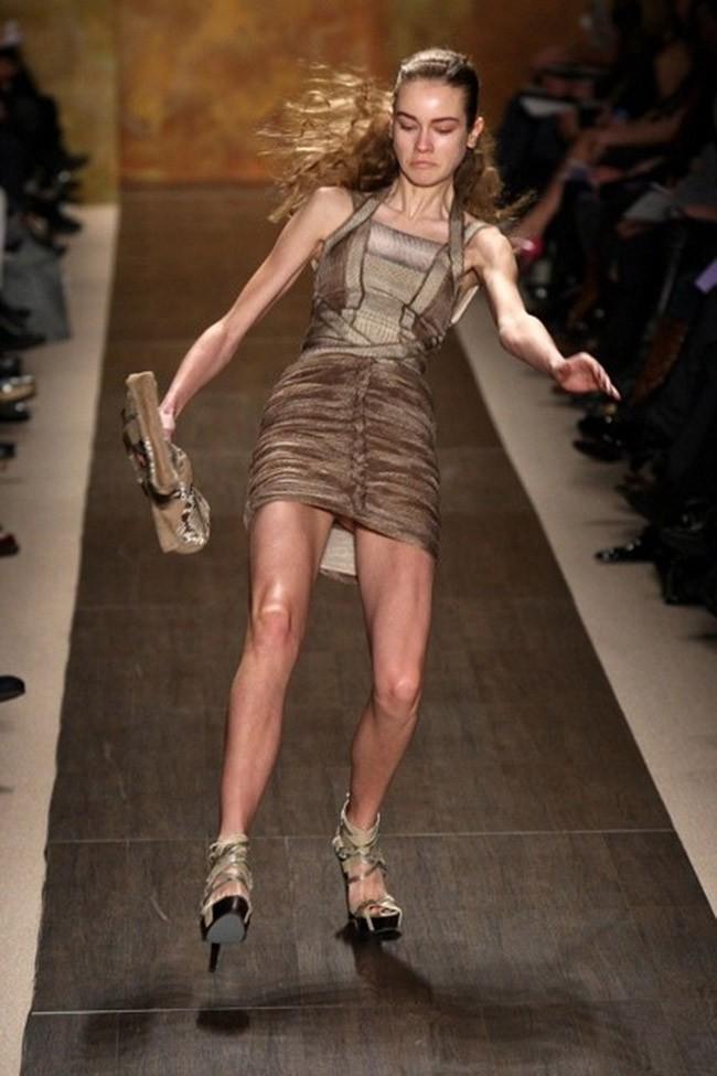Cười rớt hàm 500 pha ngã sấp mặt của người mẫu sàn catwalk khiến khán giả ngao ngán: Cô là ai, cô đi ra đi! - Ảnh 1.