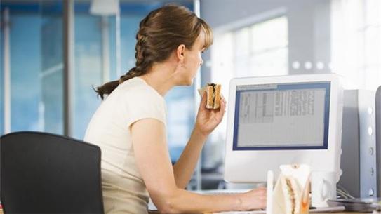 4 sai lầm khi ăn trưa tăng nguy cơ mắc bệnh nhiều người làm văn phòng mắc phải - Ảnh 1.