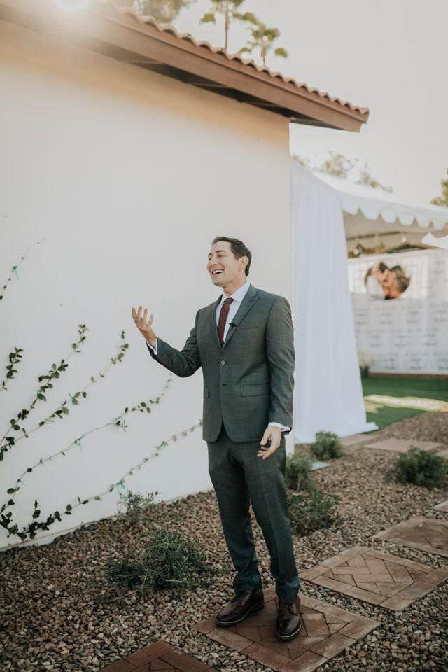 Cứ ngỡ sẽ thấy cô dâu đoan trang trong váy cưới, chú rể nào ngờ quay người lại thấy điều lạ lùng - Ảnh 4.