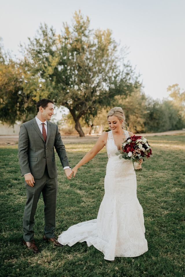 Cứ ngỡ sẽ thấy cô dâu đoan trang trong váy cưới, chú rể nào ngờ quay người lại thấy điều lạ lùng - Ảnh 7.