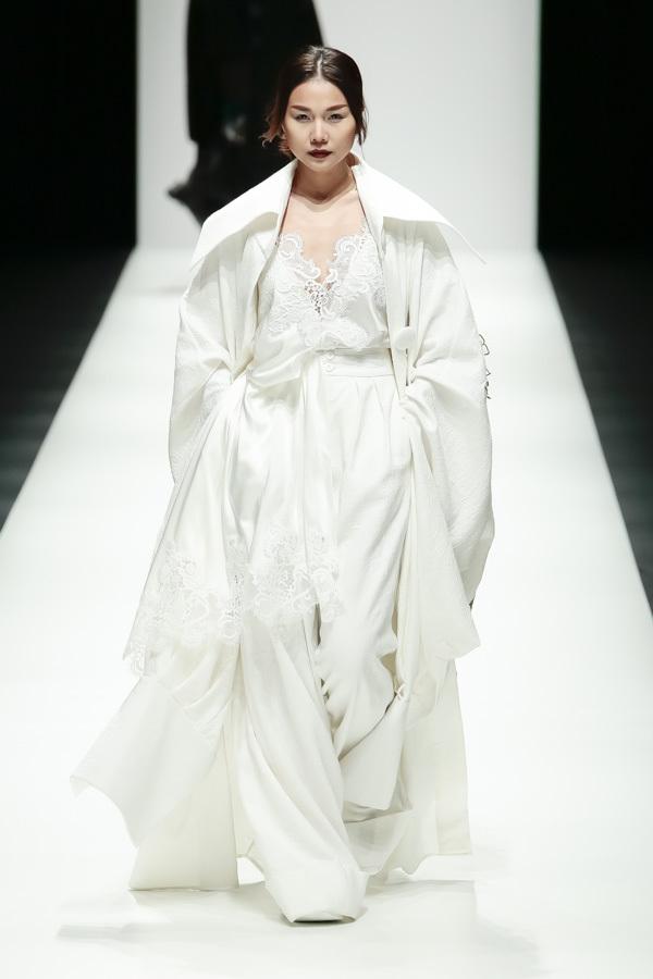 Rihanna đặc biệt ưu ái thiết kế trong BST Em hoa của NTK Công Trí - Ảnh 3.