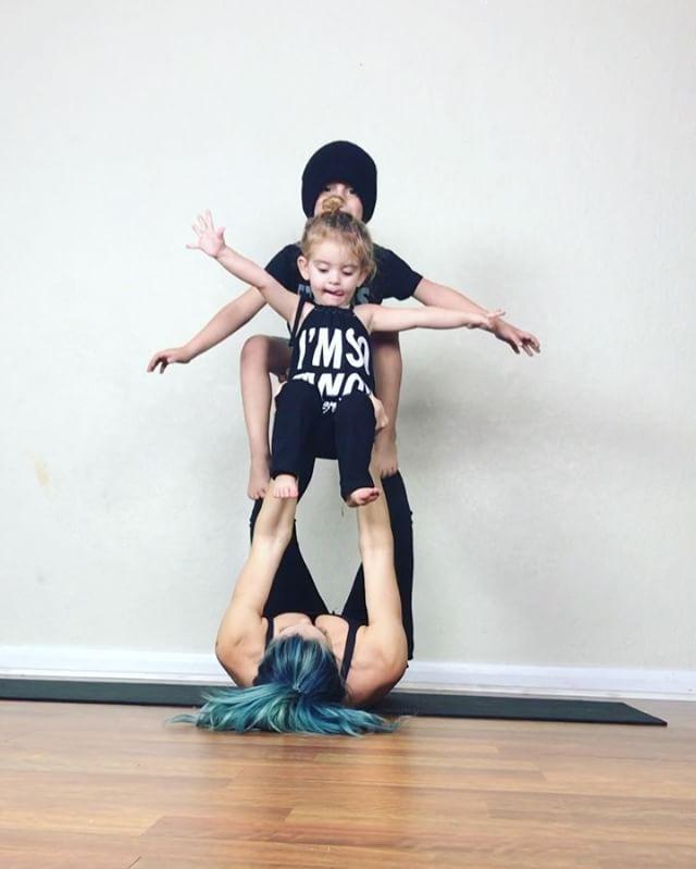 Ngẩn ngơ ngắm bộ ảnh 3 mẹ con cùng tập yoga đang gây bão Instagram - Ảnh 6.