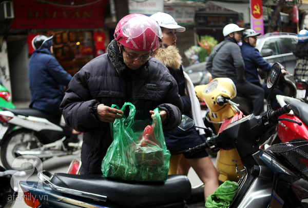 Hà Nội: Xếp hàng từ sáng tinh mơ để mua bánh chưng truyền thống về cúng Táo Quân - Ảnh 14.