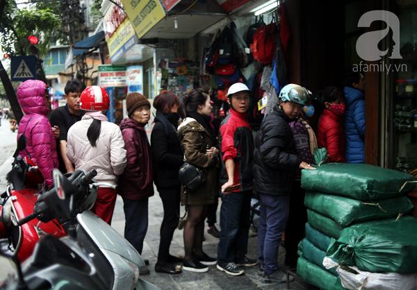 Hà Nội: Xếp hàng từ sáng tinh mơ để mua bánh chưng truyền thống về cúng Táo Quân - Ảnh 1.