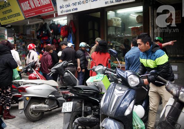 Hà Nội: Xếp hàng từ sáng tinh mơ để mua bánh chưng truyền thống về cúng Táo Quân - Ảnh 2.