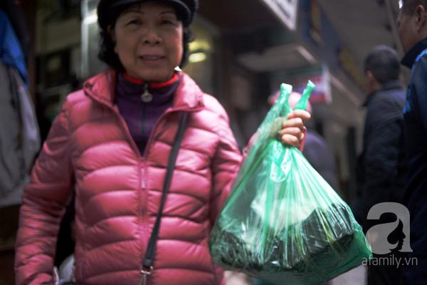 Hà Nội: Xếp hàng từ sáng tinh mơ để mua bánh chưng truyền thống về cúng Táo Quân - Ảnh 10.