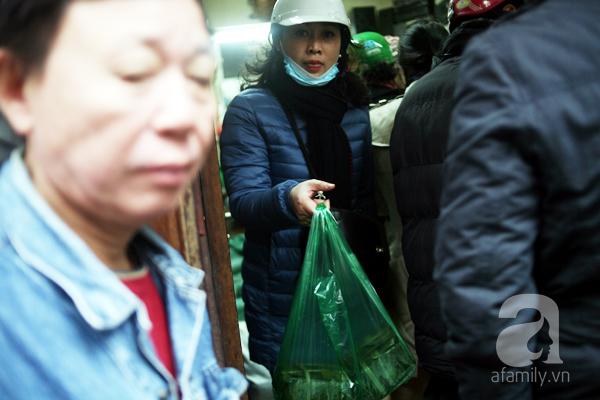 Hà Nội: Xếp hàng từ sáng tinh mơ để mua bánh chưng truyền thống về cúng Táo Quân - Ảnh 6.