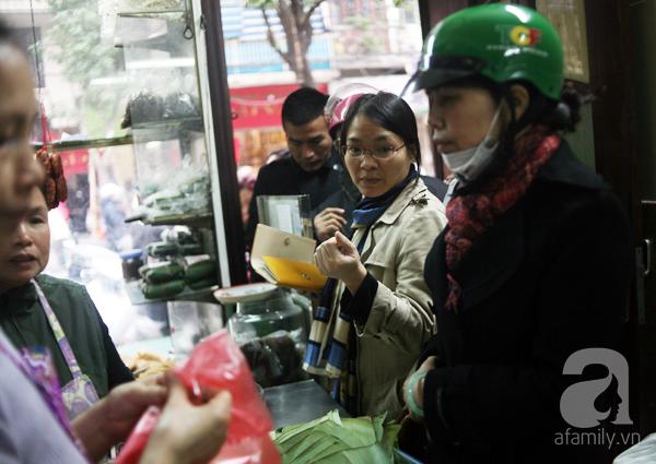 Hà Nội: Xếp hàng từ sáng tinh mơ để mua bánh chưng truyền thống về cúng Táo Quân - Ảnh 5.