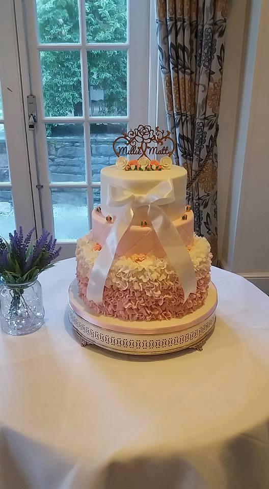 Bánh cưới bể tan tành ngay trước đám cưới, cô dâu, chú rể không biết phải làm gì thì một người xuất hiện - ảnh 3