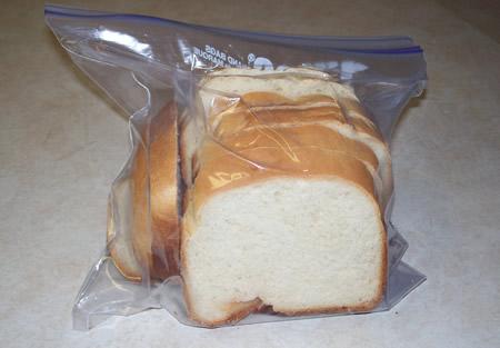 Không phải vứt đi, cách để bánh mì vẫn có thể ăn được sau một tuần chính là cho vào... - Ảnh 2.