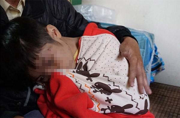 Bé trai 10 tuổi bị bạo hành: Đến bữa ăn, bố và cô bê mâm vào trong phòng, còn cháu thì ăn ở phòng ngoài - Ảnh 5.