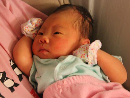 Trẻ sơ sinh nào cũng được mẹ đeo bao tay nhưng đó là việc làm thừa thãi, chỉ có hại chứ chẳng tốt cho con - Ảnh 1.