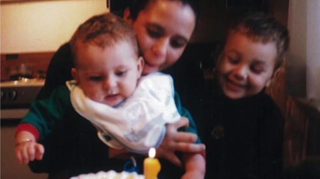 Con trai bị bố ruột bắt cóc khi mới 3 tuổi, 15 năm sau nhìn thấy bức ảnh này, mẹ run rẩy cả người - Ảnh 2.