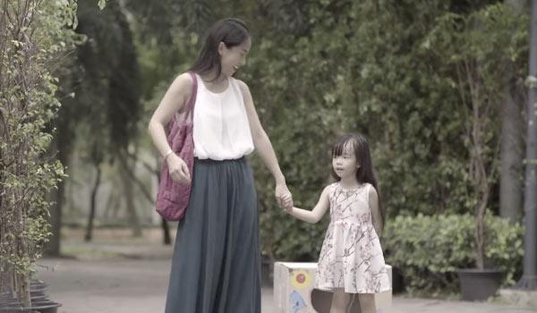 Cô bé Ploy cùng mẹ đến công viên chơi.