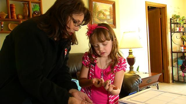 Kinh ngạc bé gái 8 tuổi nuôi hàng nghìn con gián làm thú cưng - Ảnh 6.