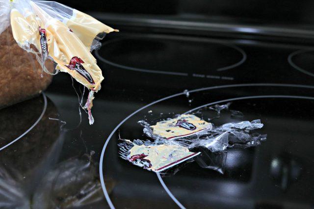 Dù nhựa chảy đóng cứng trên mặt bếp từ, tôi chỉ cũng chỉ mất có 2 phút để làm sạch - Ảnh 1.