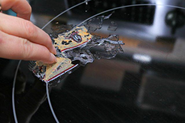 Dù nhựa chảy đóng cứng trên mặt bếp từ, tôi chỉ cũng chỉ mất có 2 phút để làm sạch - Ảnh 2.