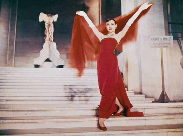 Zoom vào 12 chiếc váy đỏ được coi là ấn tượng nhất trong lịch sử thời trang - Ảnh 2.