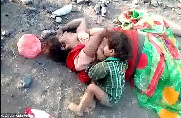 Hình ảnh đau lòng: Mẹ chết bên đường, gọi mãi mẹ chẳng dậy, bé trai 17 tháng gục xuống... bú sữa mẹ - Ảnh 1.