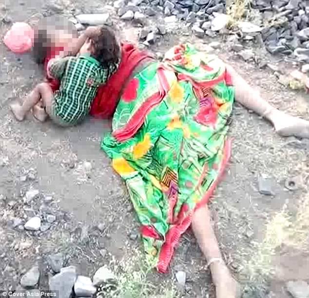 Hình ảnh đau lòng: Mẹ chết bên đường, gọi mãi mẹ chẳng dậy, bé trai 17 tháng gục xuống... bú sữa mẹ - Ảnh 2.