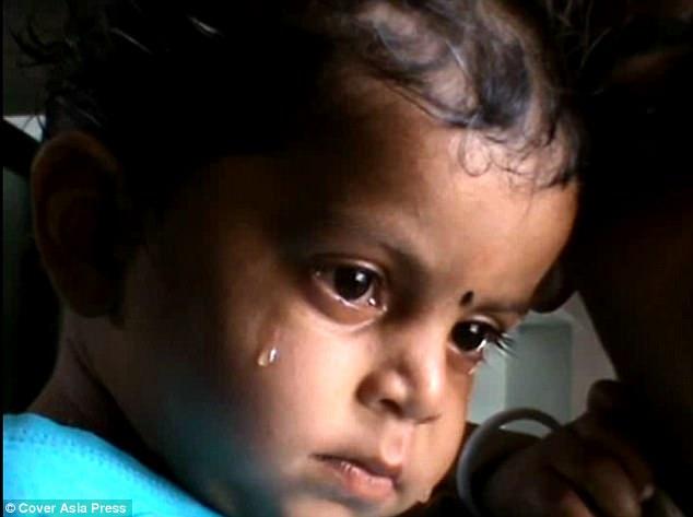 Hình ảnh đau lòng: Mẹ chết bên đường, gọi mãi mẹ chẳng dậy, bé trai 17 tháng gục xuống... bú sữa mẹ - Ảnh 3.