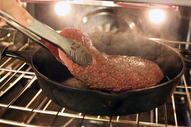 Muốn làm bò bít tết ngon như nhà hàng 5 sao, hãy thử chế biến bằng lò nướng - Ảnh 2.