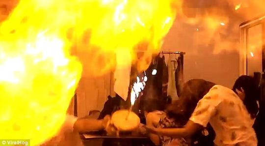 Một vụ nổ bóng bay bơm khí dễ cháy được đăng tải trên mạng internet.