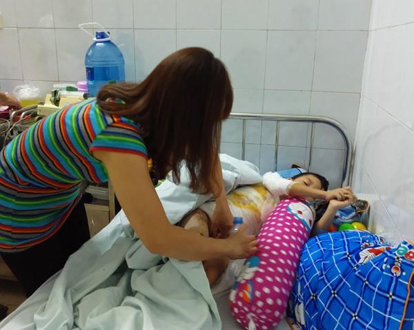 Con trai chị Tuyền luon kêu đau và nhức.