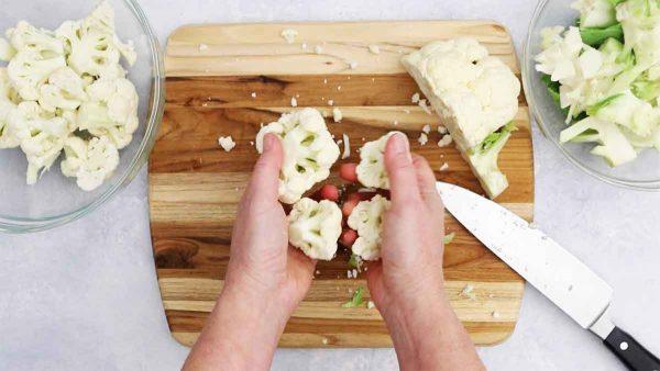 Hãy xem tuyệt chiêu tách bông cải trắng to đùng thành miếng vừa ăn chỉ bằng 5 nhát dao - Ảnh 4.